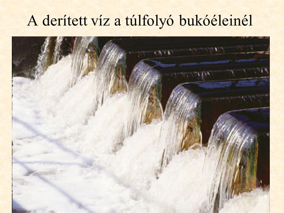 A derített víz a túlfolyó bukóéleinél