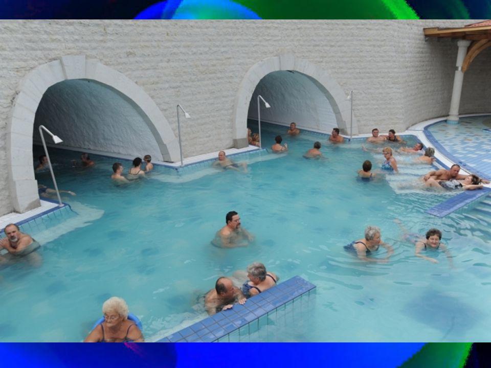 A tulajdonosok római kori fürdőt képzeltek és alkottak ide, mely igen emberközelinek tünik. A pompás hegyes-dombos vidéket valószínüleg az Isten is jó