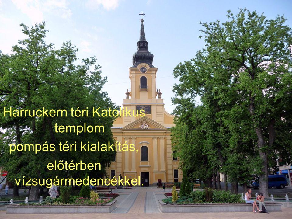 Harruckern téri Katolikus templom pompás téri kialakítás, előtérben vízsugármedencékkel.