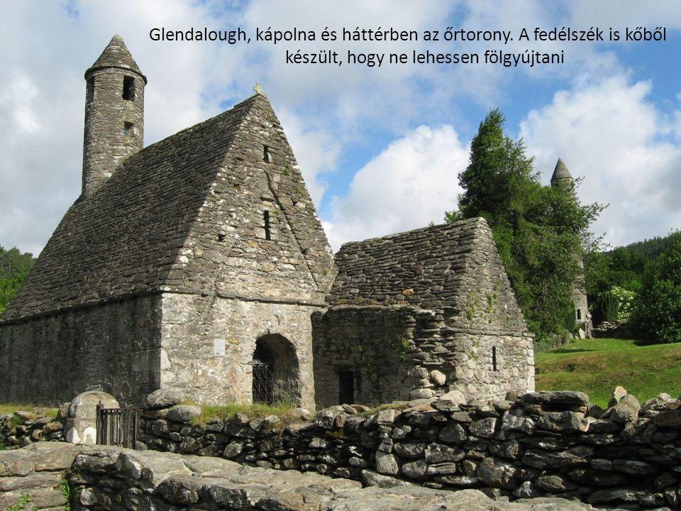 Glendalough, kápolna és háttérben az őrtorony. A fedélszék is kőből készült, hogy ne lehessen fölgyújtani