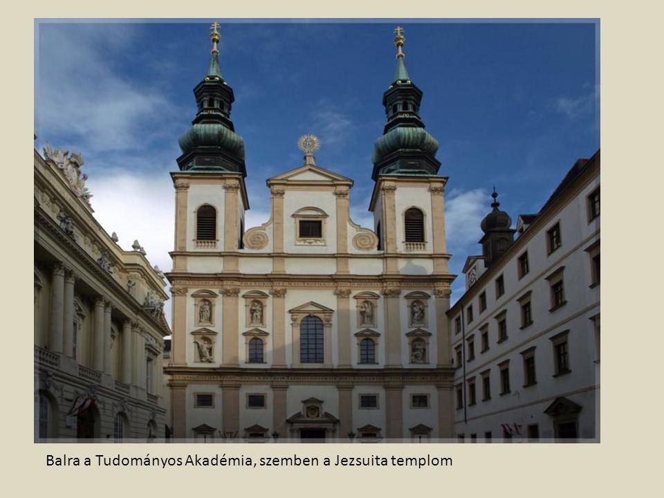 Balra a Tudományos Akadémia, szemben a Jezsuita templom
