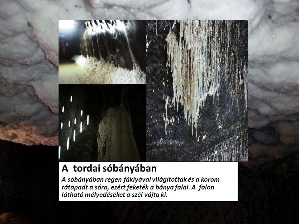 A tordai sóbányában A sóbányában régen fáklyával világítottak és a korom rátapadt a sóra, ezért feketék a bánya falai. A falon látható mélyedéseket a