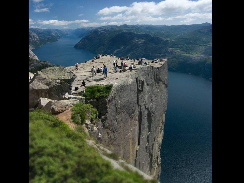 Preikestolen 40 km-re keletre fekszik Stavanger-től Norvégia nyugati, Atlanti partjainál.