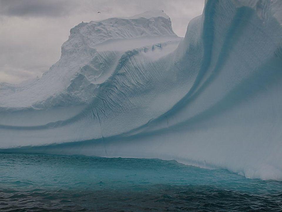 Éghajlata Belső területeinek átlaghőmérséklete télen –40 °C és –70 °C között alakul, míg nyáron –15 °C és –35 °C között mozog, tehát szélsőségesen hideg.