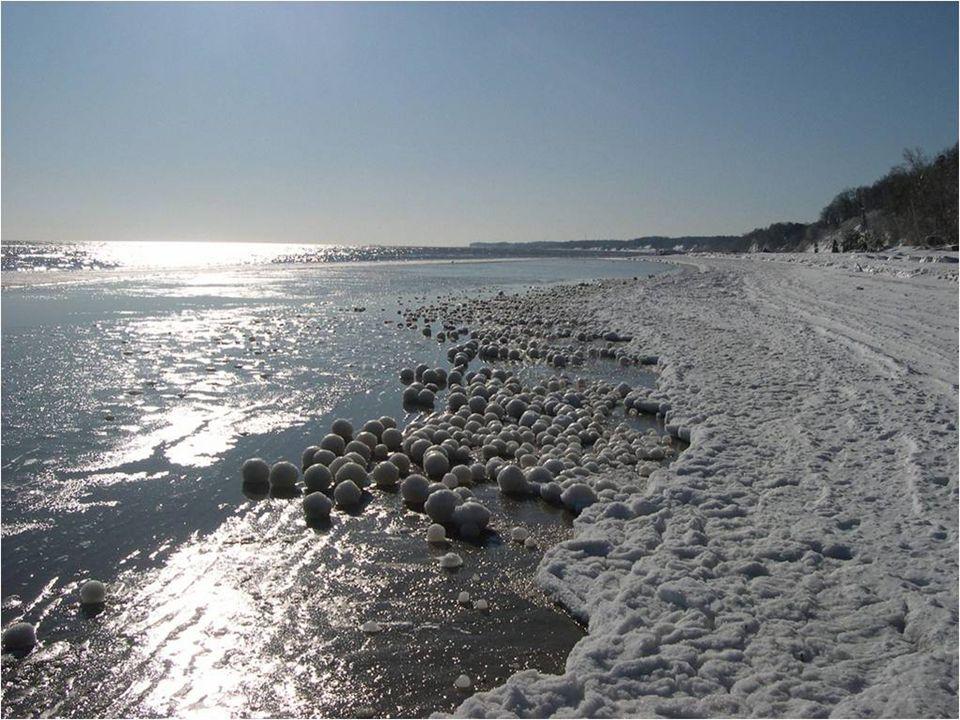 Több száz vagy ezer jég golyó, akkorák is mint egy futball, aminek a magja hó, felhalmozódik a parton, ami egy csodálatos látványt nyújt.