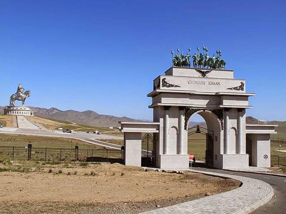 Dzsingisz kán lovas szobra nem meglepő módon Mongóliában áll büszkén tornyosulva a táj fölé a Tullfolyótól nem messze, Ulánbátortól 54 kilométerre.