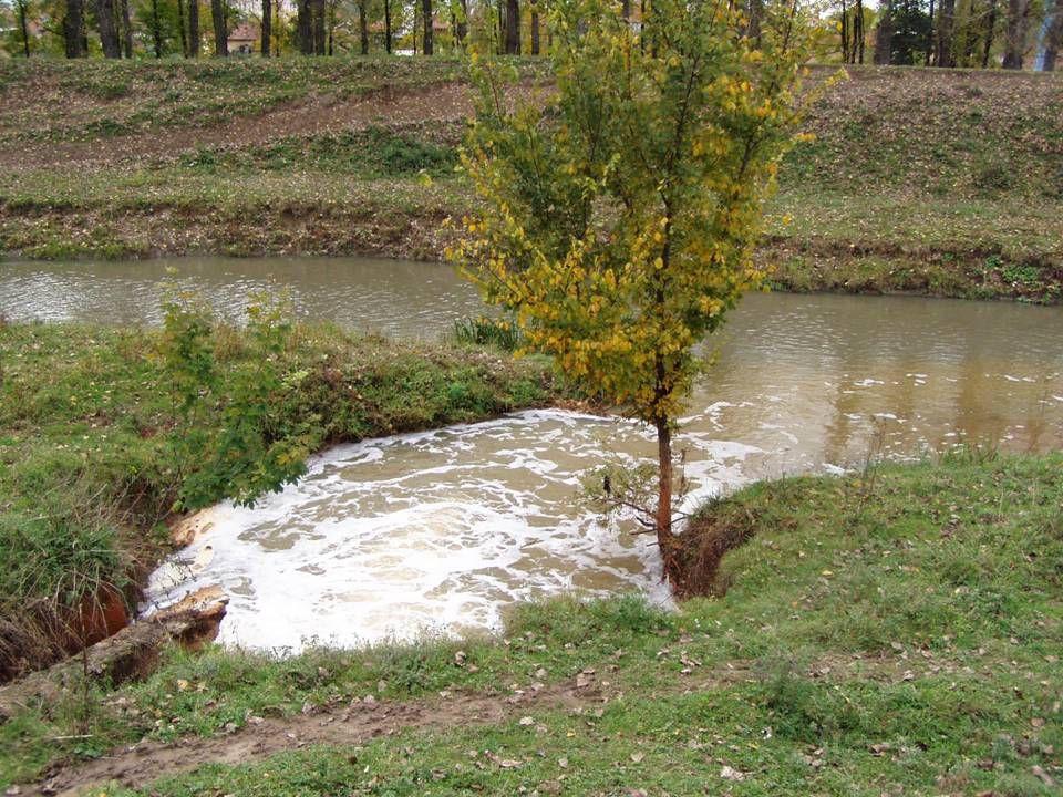 ÁLTALÁNOS TRANSZPORTEGYENLET Szennyezőanyag sorsa a felszíni vizekben Szűk értelmezés: csak a fizikai folyamatok (víz szerepe) Tág értelmezés: kémiai, biokémiai, fiziko-kémiai folyamatok is szerepelnek Elsődleges célok: Vízminőségi változások számítása az emisszió hatására (növekedés, csökkenés, határérték) Keveredés térbeli léptéke (térbeli különbözőségek, a partok elérése, teljes elkeveredés) Szennyvízbevezetések tervezése (sodorvonal, part, partközel vagy diffúzor-sor) Havária - események modellezése (szennyezőanyag- hullámok vagy időben változó emissziók hatásainak számítása, early warning - előrejelzés)