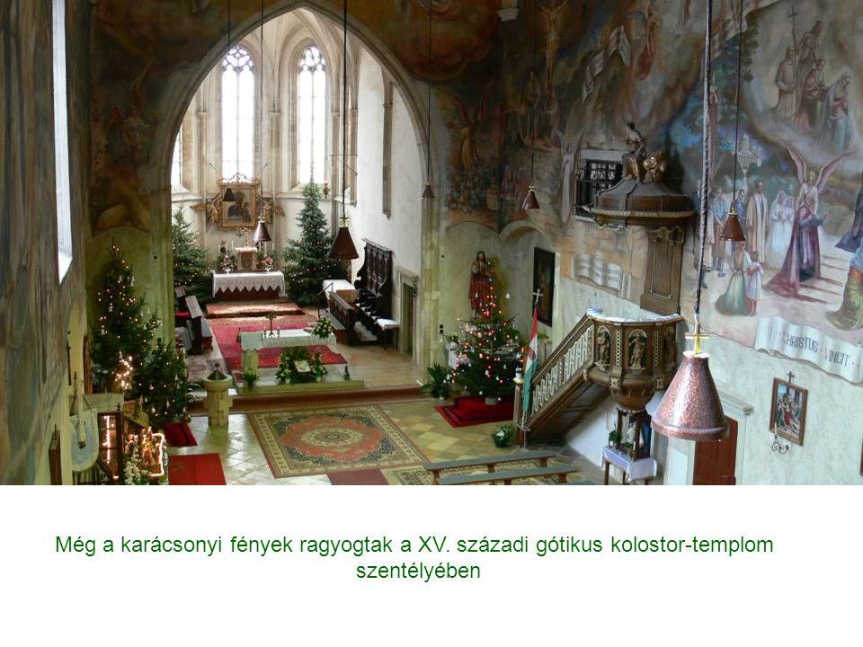 Még a karácsonyi fények ragyogtak a XV. századi gótikus kolostor-templom szentélyében