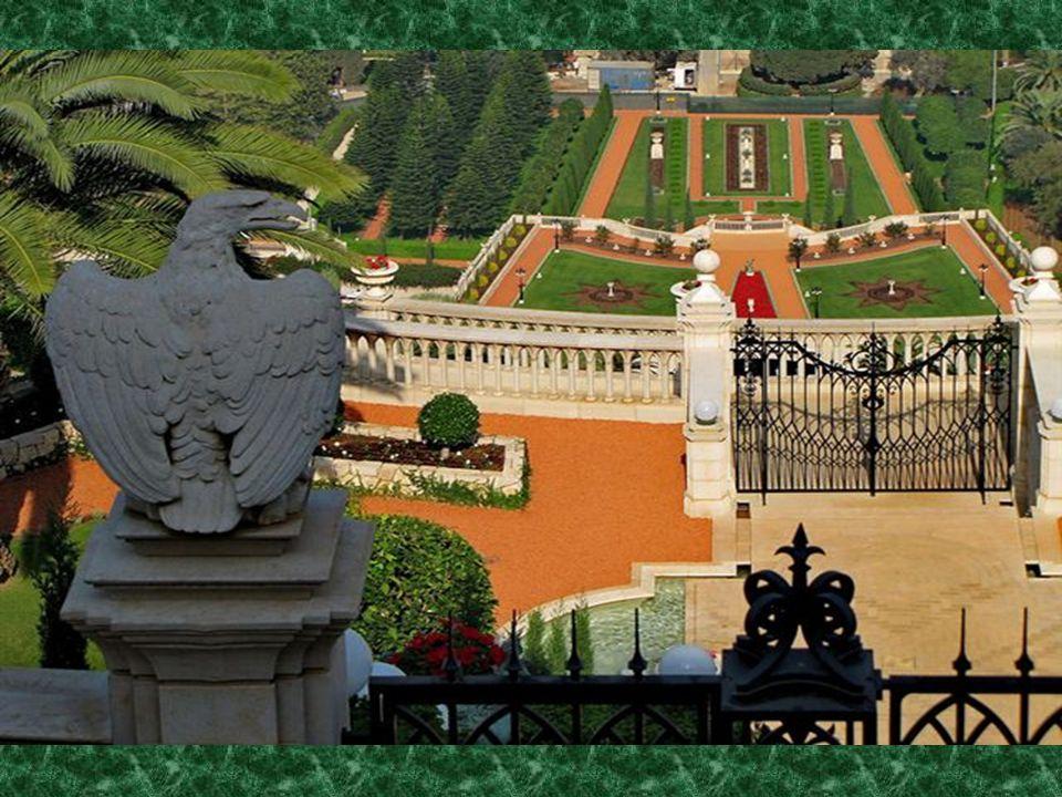 A templomi sírok és gyönyörű kertek között érkezünk a a Jogi Egyetem elé.
