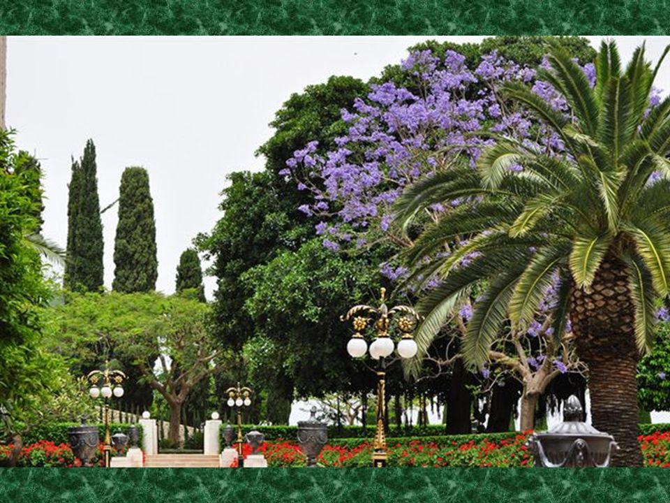 Kilátás a kertből a városra, az Izraelbe látogató több tízezer túrista örömére. Bahai templom Haifa-ban a saját terület - egy önálló állam, nem tartoz
