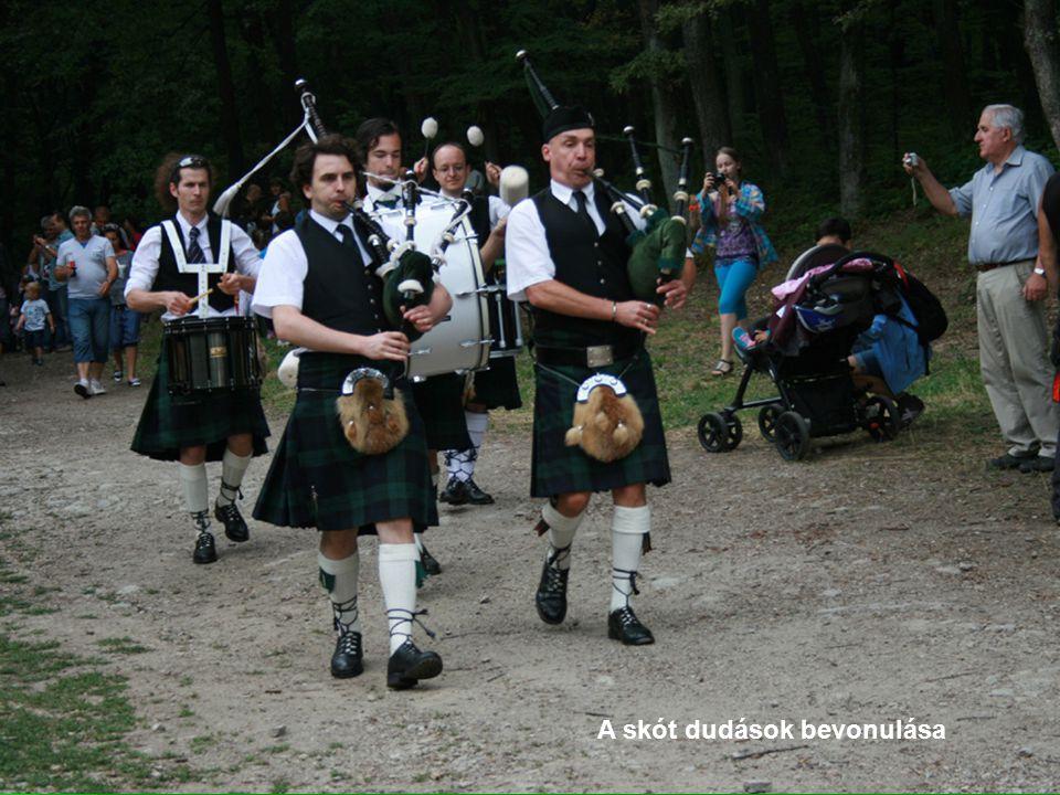 A skót dudások bevonulása