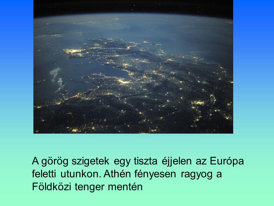 A görög szigetek egy tiszta éjjelen az Európa feletti utunkon.
