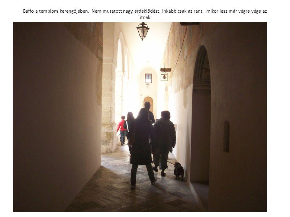 Baffo a templom kerengőjében. Nem mutatott nagy érdeklődést, inkább csak aziránt, mikor lesz már végre vége az útnak.