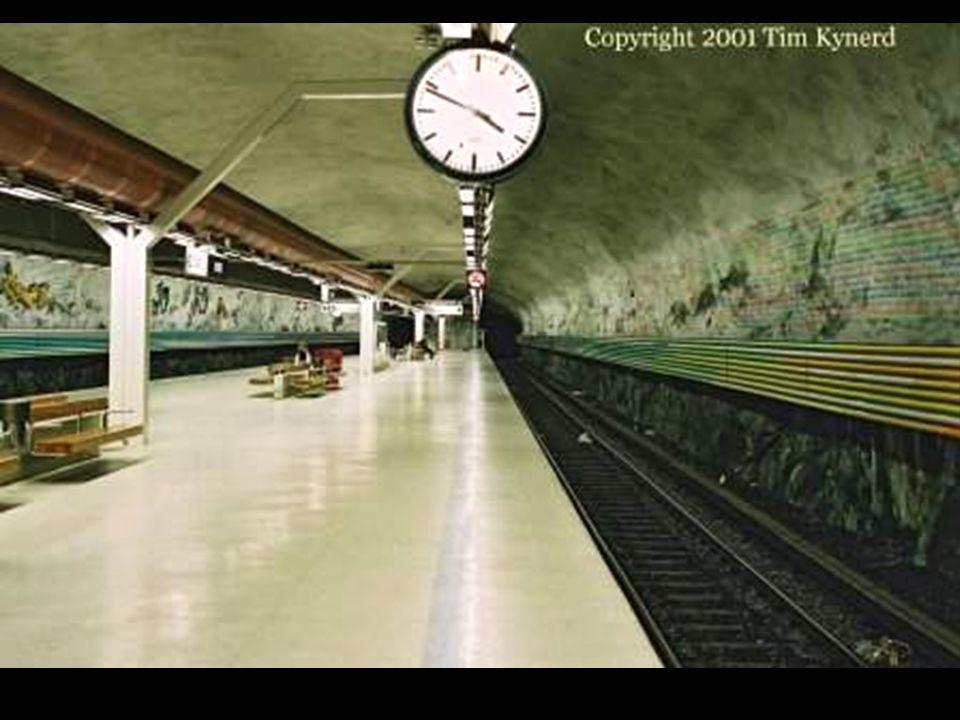 A Rissne állomáson a Földön a civilizáció kialakulása követhető nyomon végig a peron hosszában a falakon. A svéd Helga Henchen töltötte meg a falakat