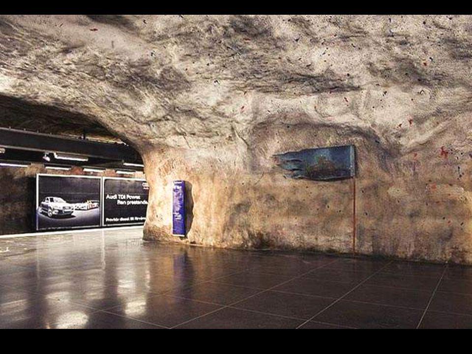 Sok állomáson tömör sziklákkal találkozunk, olyan mintha a kőkorszakban lennénk, nem a XXI. században