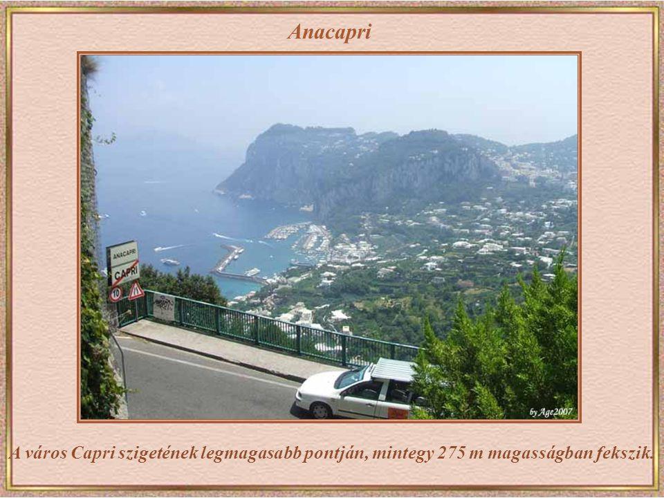 Capri Grotta Azurra (Kék Barlang) – a 60 m hosszú és 25 m széles barlang a nevét onnan kapta, hogy a napfény kékre festi a barlang vizét és belsejét.