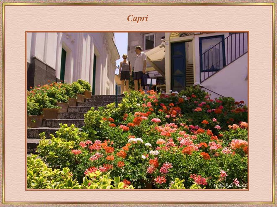 Capri – Tirrén-tenger Faraglioni-sziklák a tengerparti földcsuszamlások és a tengervíz erróziójának túlélői.