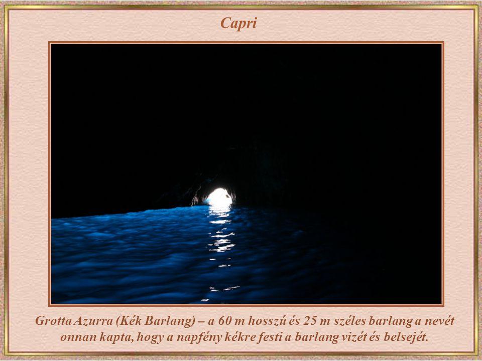 Capri A barlang egy méter magas bejáratán keresztül kis csónakkal lehet behajózni.