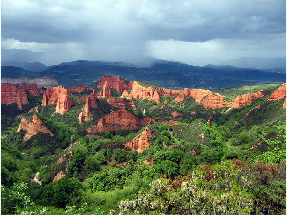El Bierzo környékén ( León tartomány) hihetetlen természetes hegyek vannak, amelyeknek különös alakját a rómaiak által végzet aranybányászat okozta.
