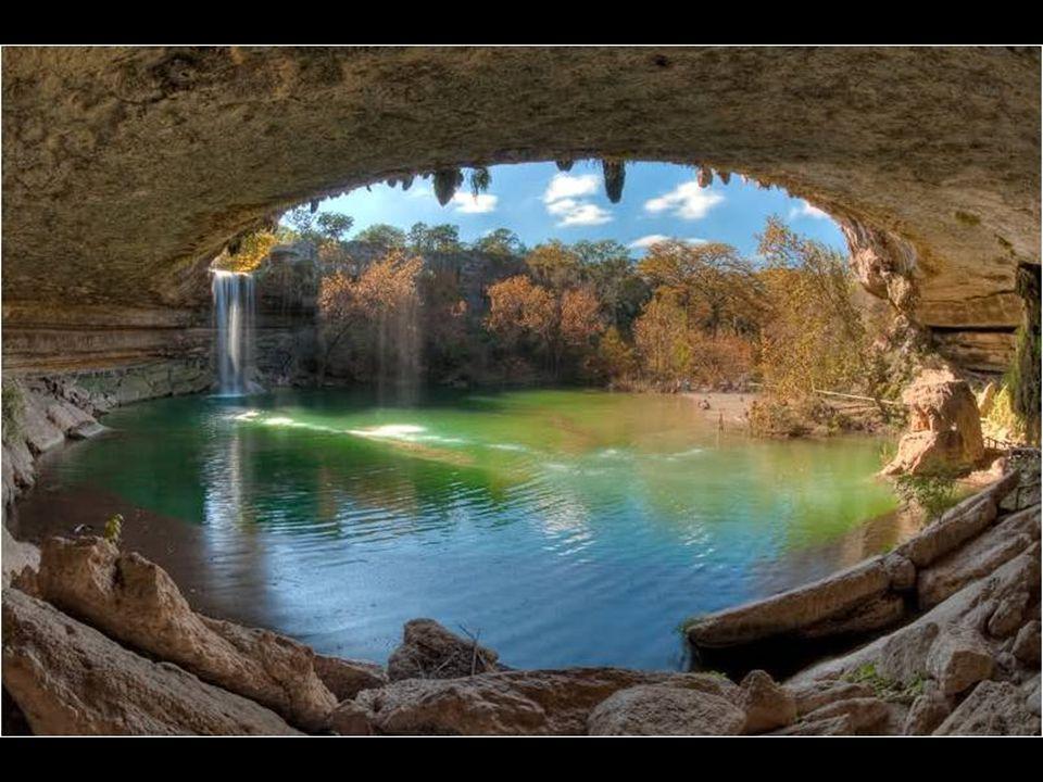 A fürdőhely (Hamilton medence ) óriási mészkőtáblákkal van körülvéve, tarkítva cseppkövekkel és a csüngő sziklák között növő mohával, bokrokkal.