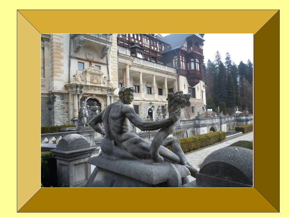A kastély ólomüveg ablakait 1883 és 1914 között szerelték be. Az üvegek jelenős része 15. - 17. századi és Svájc- ból valamintNémetország-ból származi