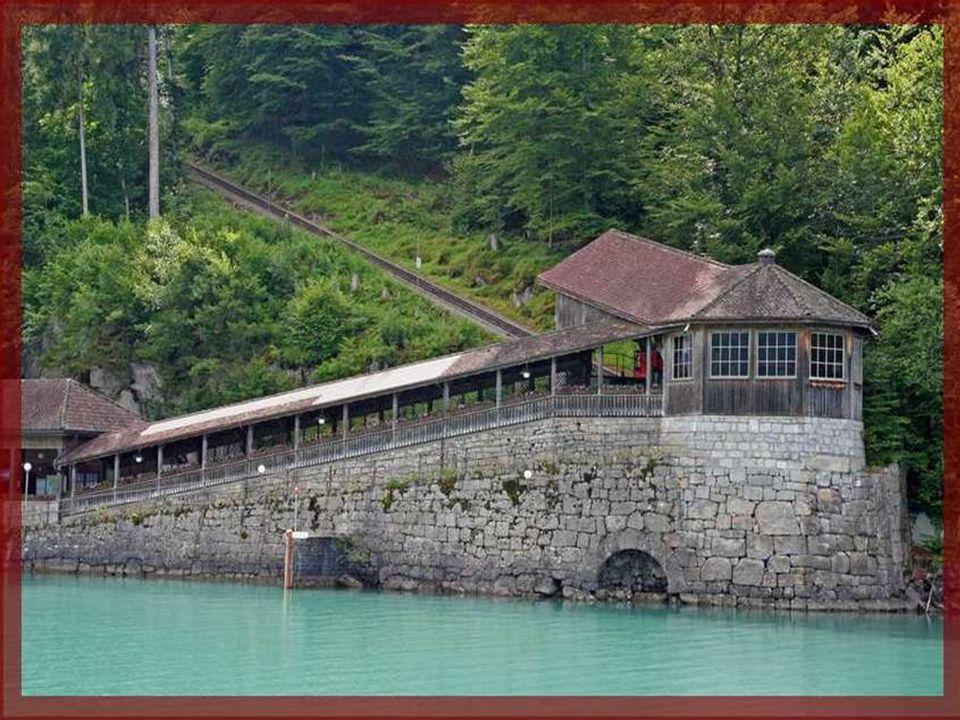 A Hotel Giessbach-hoz 345 méter hosszú siklón lehet feljutni