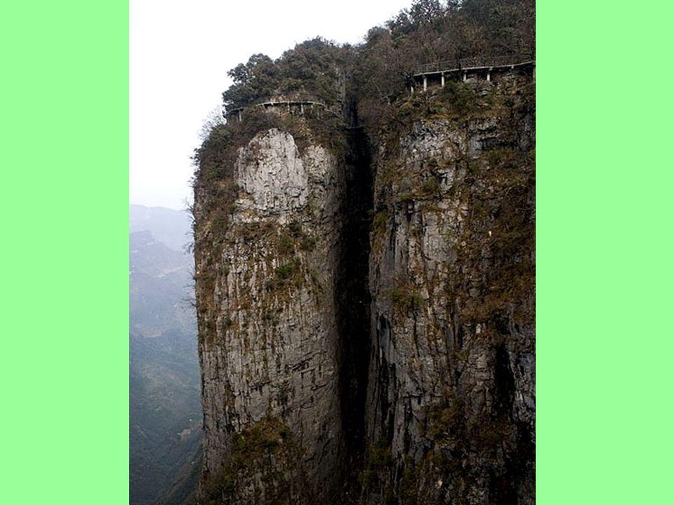 A hegy nyugati oldalán található az újonnan épült Tianmen templom, melynek területe 109.000 négyzetméter. Miel ő tt az új templom épült, volt egy kise