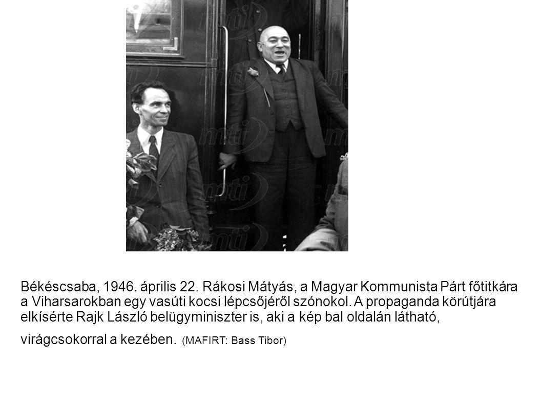 Békéscsaba, 1946. április 22. Rákosi Mátyás, a Magyar Kommunista Párt főtitkára a Viharsarokban egy vasúti kocsi lépcsőjéről szónokol. A propaganda kö