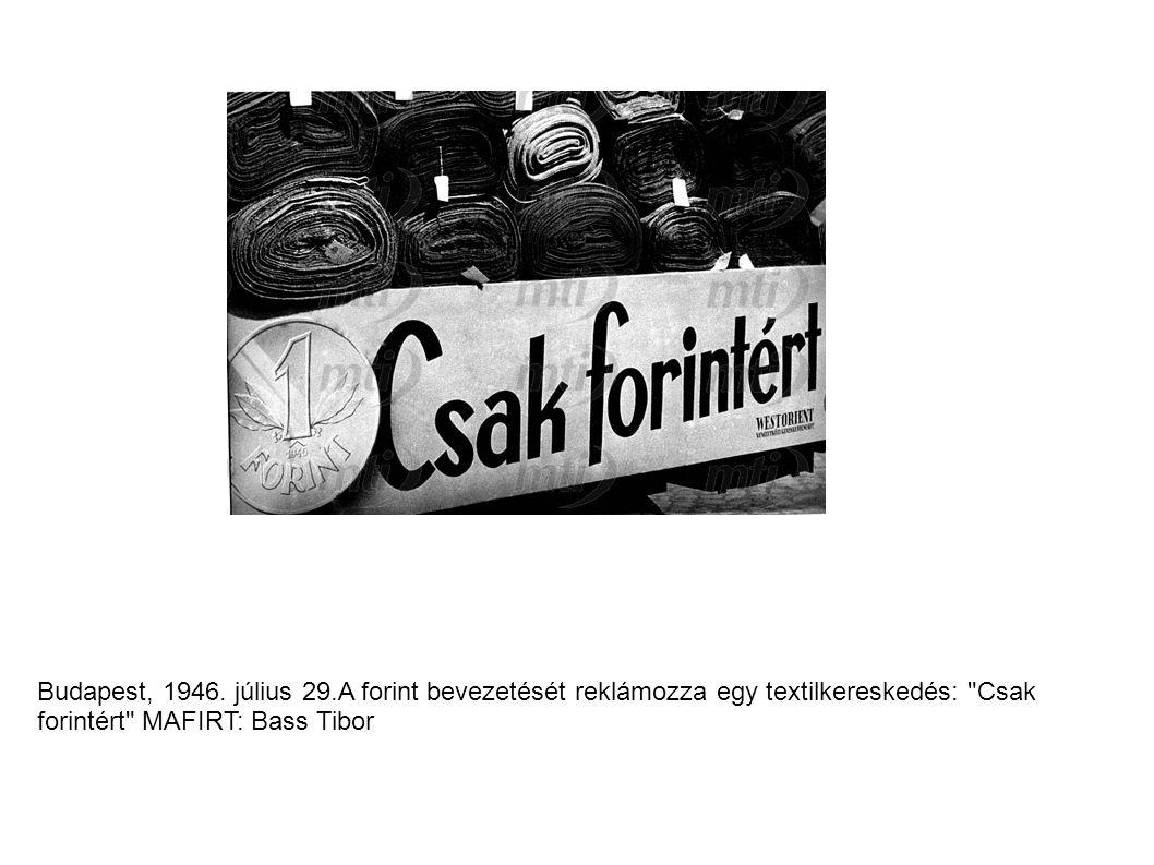 Budapest, 1946. július 29.A forint bevezetését reklámozza egy textilkereskedés: