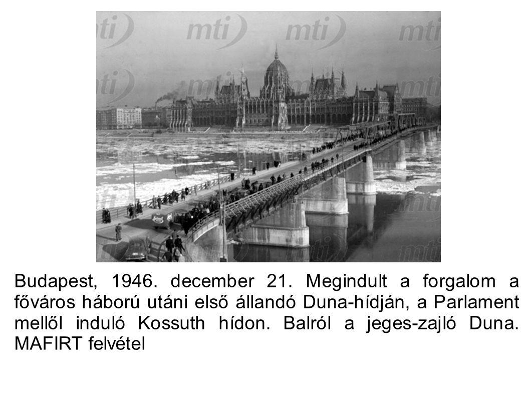 Budapest, 1946. december 21. Megindult a forgalom a főváros háború utáni első állandó Duna-hídján, a Parlament mellől induló Kossuth hídon. Balról a j