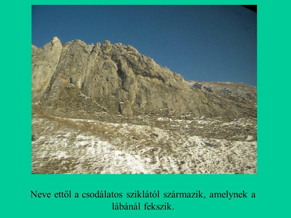 Neve ettől a csodálatos sziklától származik, amelynek a lábánál fekszik.