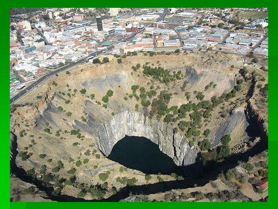 Kimberley-i Nagy Lyuk Dél Afrika  A világ legnagyobb kézzel ásott ürege: 1097m mély,  3 tonna gyémántot termeltek ki belöle  1914-ben zárták be.
