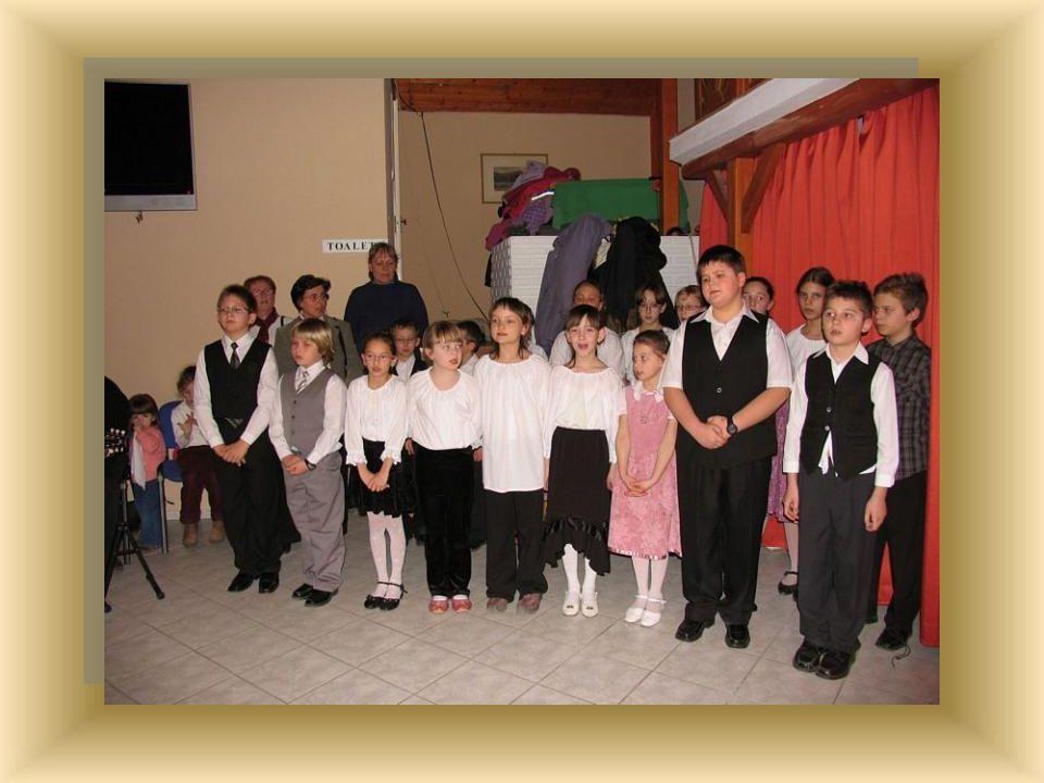 A 2. osztályos tanulók és a negyedikes fiúk verssel lepték meg a hölgyeket.