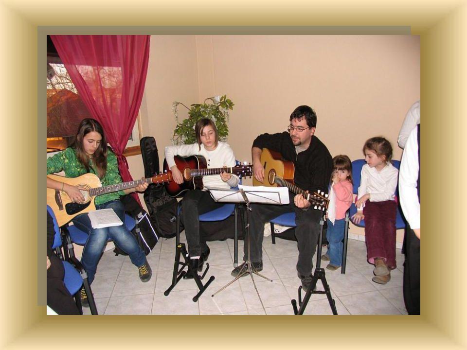 A műsor zárásaként ifjúsági énekeket énekeltünk Tamás bácsi, Niki és Adrienn gitár kíséretével.