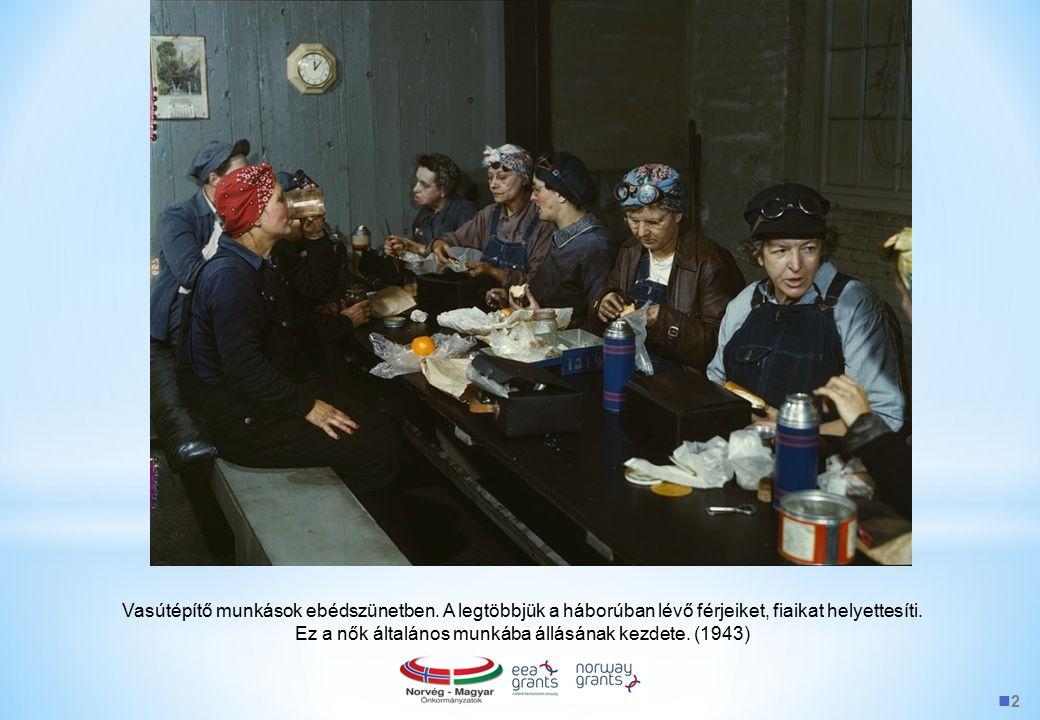 2 Vasútépítő munkások ebédszünetben. A legtöbbjük a háborúban lévő férjeiket, fiaikat helyettesíti. Ez a nők általános munkába állásának kezdete. (194