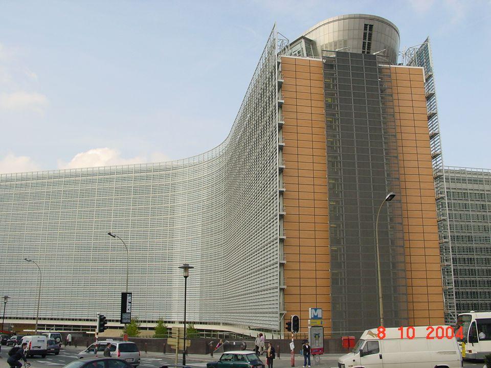 Központi Bankok Európai Rendszere és az Európai Központ Bank Székhelye: Frankfurt am Main Elnöke: Mario Draghi Az Európai Központi Bank felel a közös pénzért, az euróért