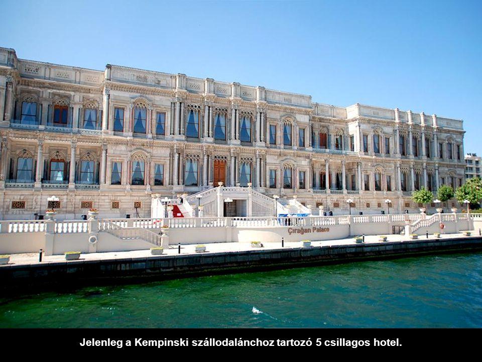 Másfél kilométerrel odébb látható a Çırağan palota. XIX. századi, de egy tűzvészt követően 1910 után átépítették.
