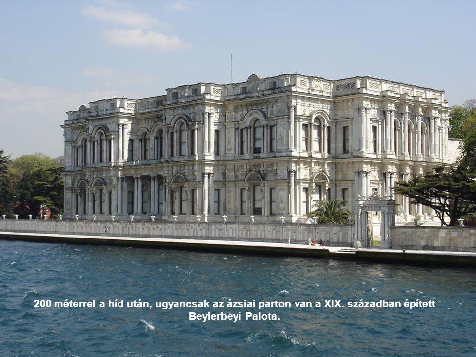 A mecset a XIX. században épült neobarokk és iszlám stílusban. Ide érkezett hajóval a közvetlenül mellette lévő Beylerbeyi Palotában lakó szultán.