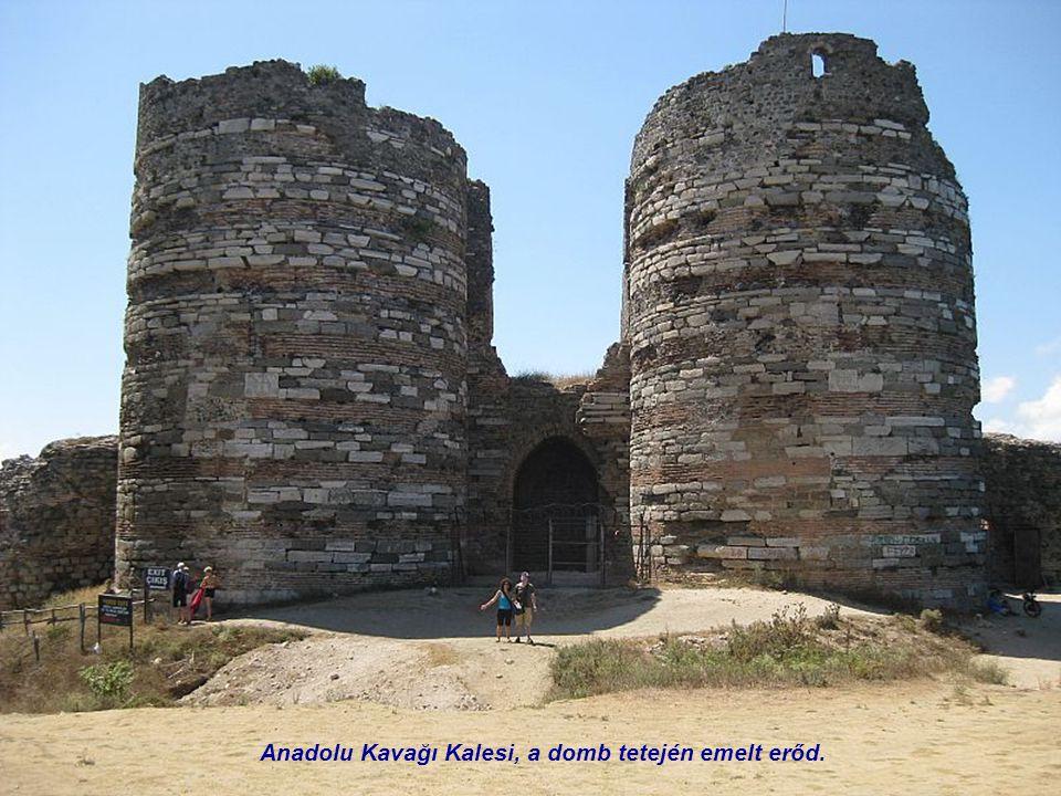 Kavağı Anadolu temetője. Balra a férfiak, jobbra a nők sírjai.