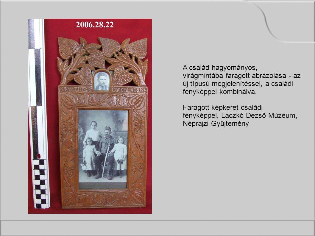 A család hagyományos, virágmintába faragott ábrázolása - az új típusú megjelenítéssel, a családi fényképpel kombinálva.