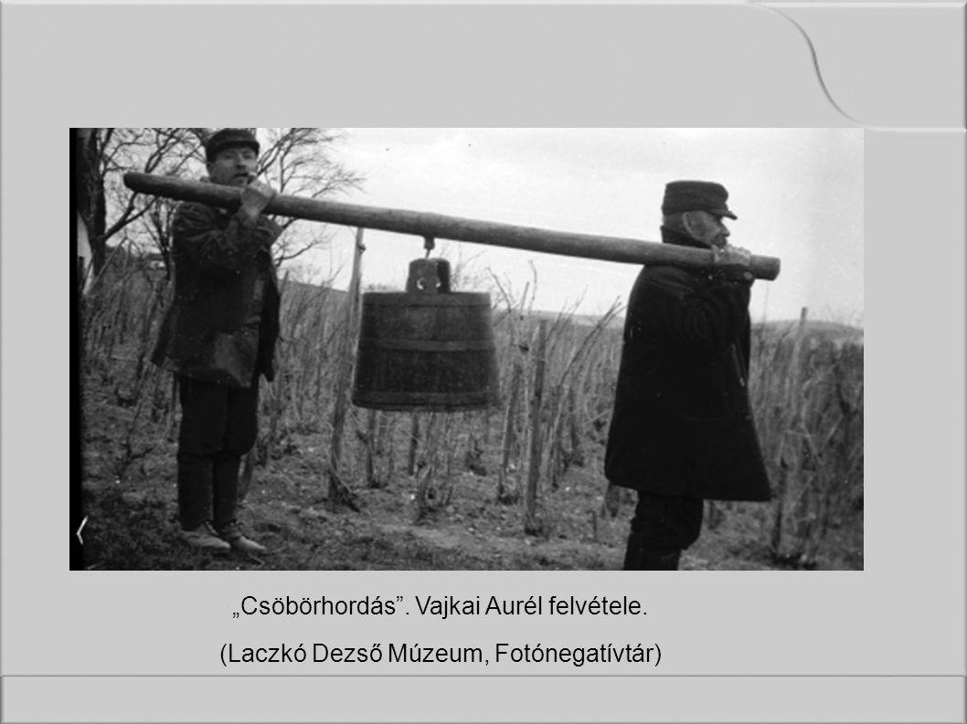 """""""Csöbörhordás . Vajkai Aurél felvétele. (Laczkó Dezső Múzeum, Fotónegatívtár)"""