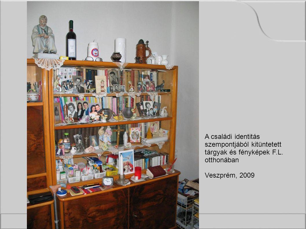 A családi identitás szempontjából kitüntetett tárgyak és fényképek F.L. otthonában Veszprém, 2009