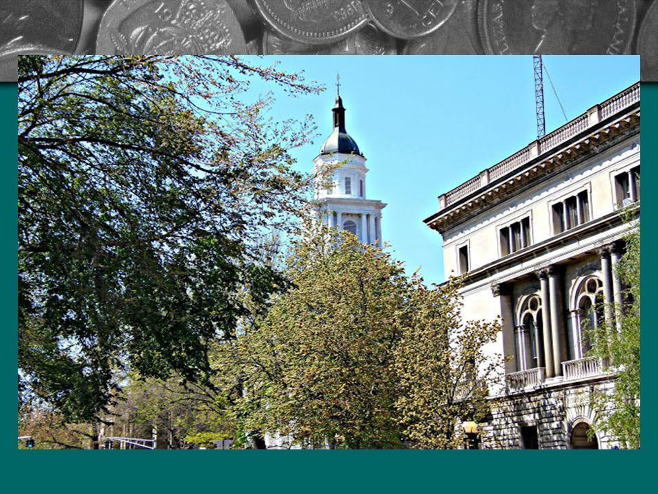Egy angliai gazdag kereskedő Elihu Yale adományaival megkezdődhetett az építkezés. A támogató nevét viselő egyetem meghatározó lett a város életében.