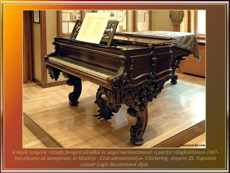 Ezt a Chickering által készített zongorát, Liszt 1880-ban ajándékba kapta. Egy ezüst álvány van a tetején (1858), és azon: középen Liszt képmása, a fe