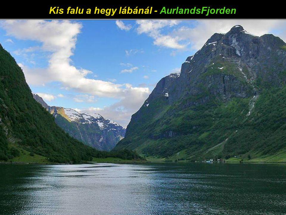 A gleccser nyelve a tóba ér – Briksdal