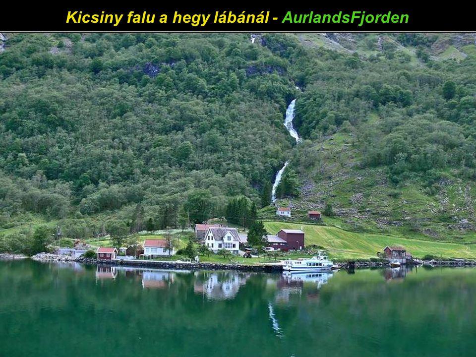 Kis falu a hegy lábánál - AurlandsFjorden