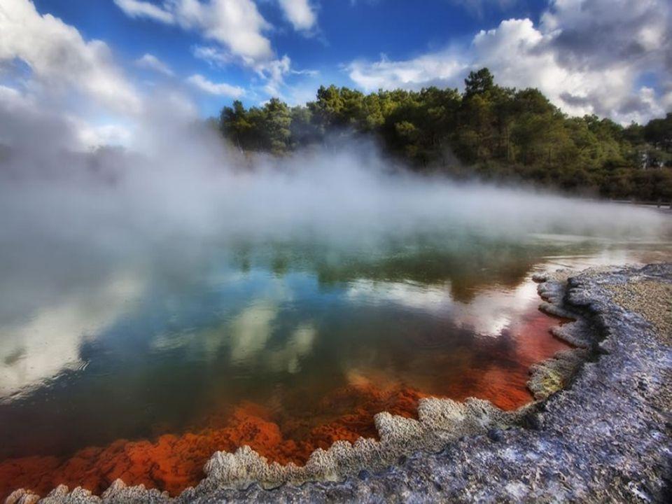 Az ördög fürdő egy kráter Kén és vas sók színezik