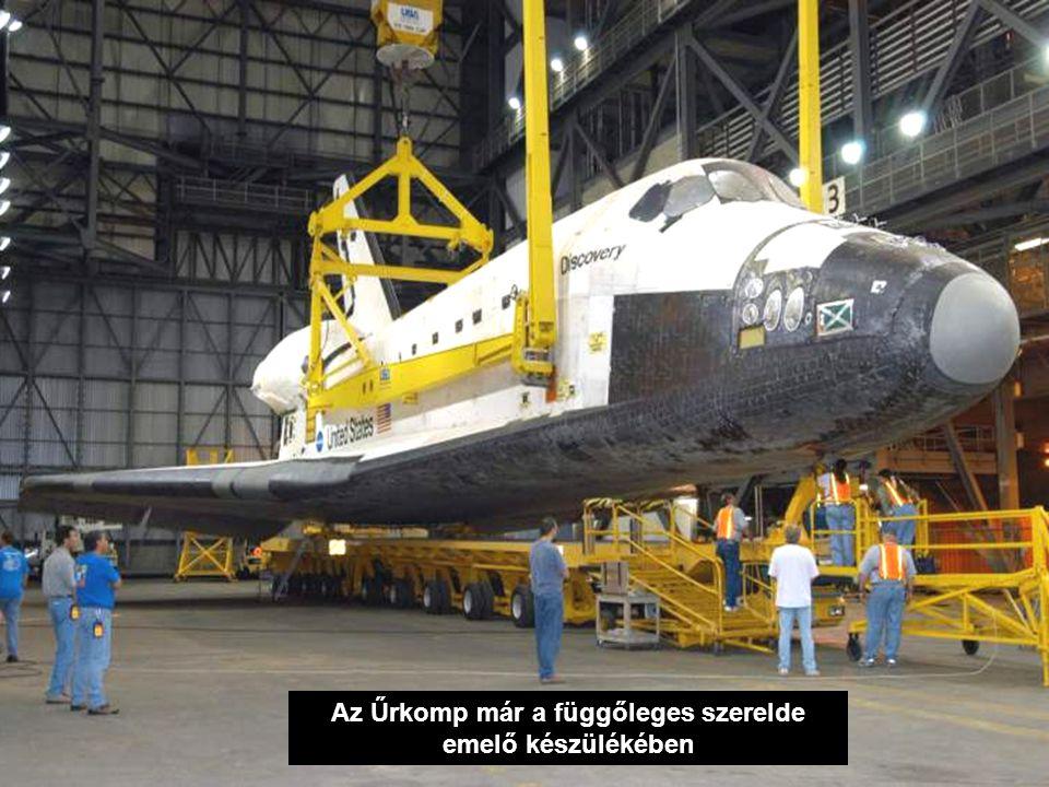 Az Űrkomp már a függőleges szerelde emelő készülékében