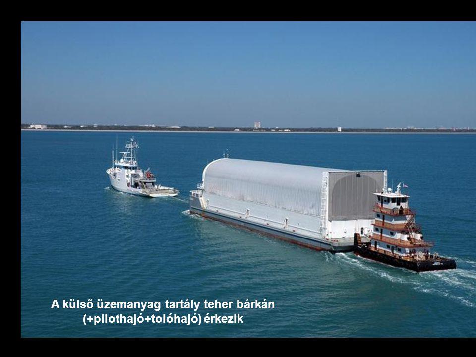 A külső üzemanyag tartály teher bárkán (+pilothajó+tolóhajó) érkezik