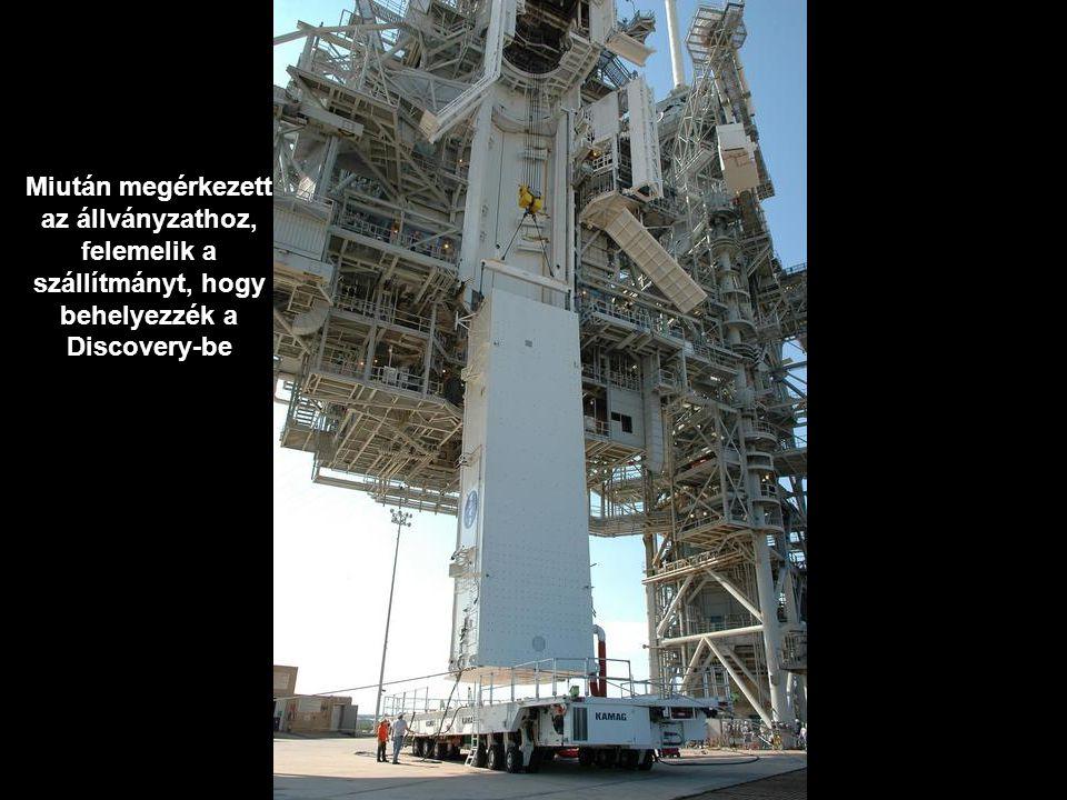 Miután megérkezett az állványzathoz, felemelik a szállítmányt, hogy behelyezzék a Discovery-be